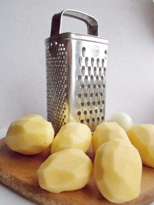 Почистите картофель и лук