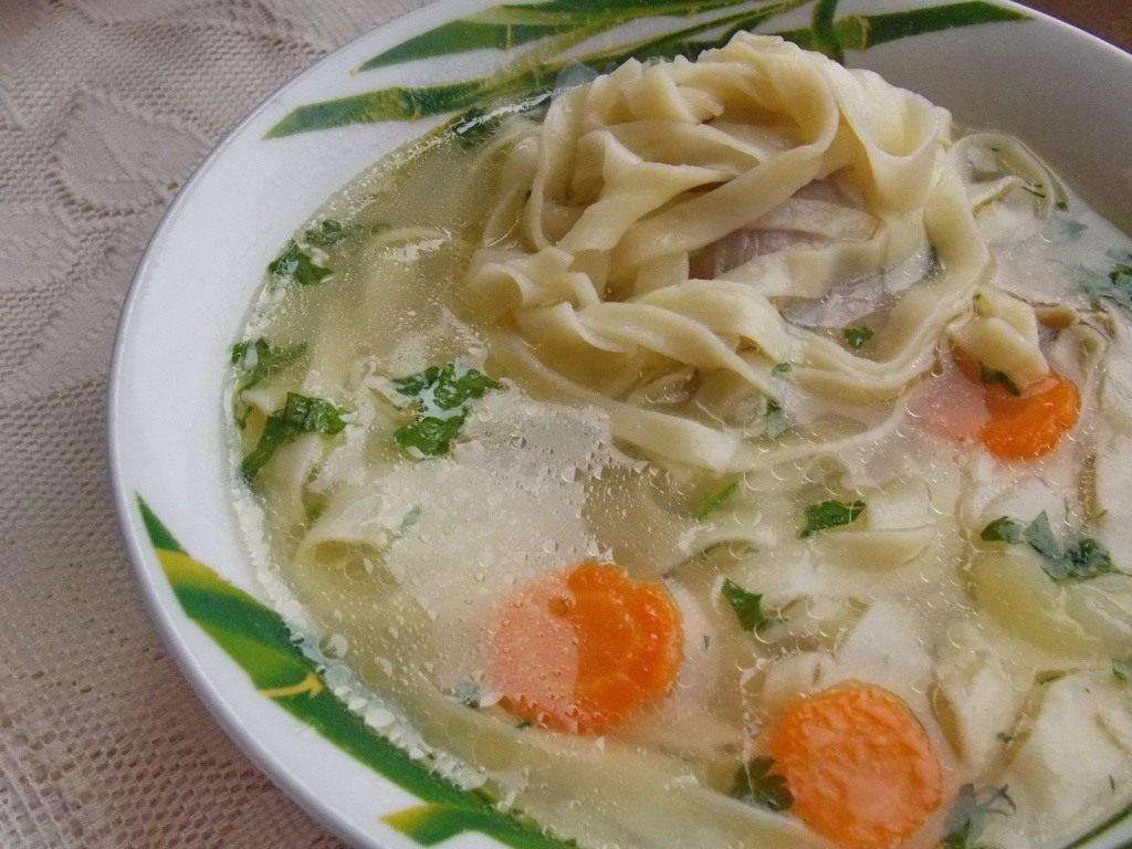 куриный суп с домашней с лапшой