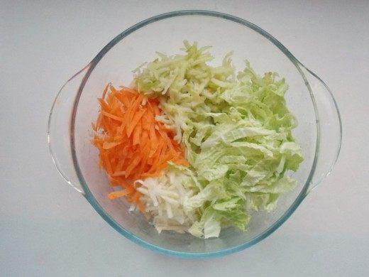 Нашинковать или мелко нарезать овощи