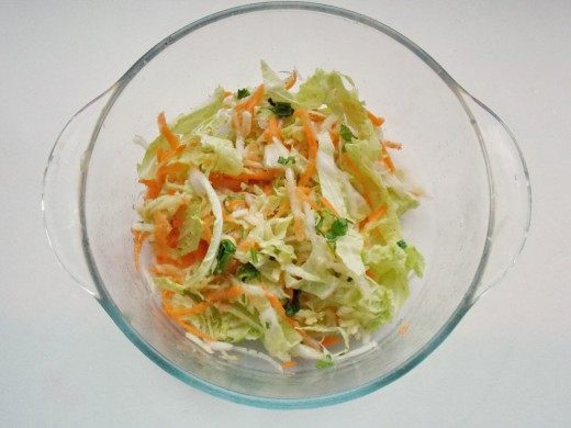 Салат из пекинской капусты, солим, добавляем специи и зелень