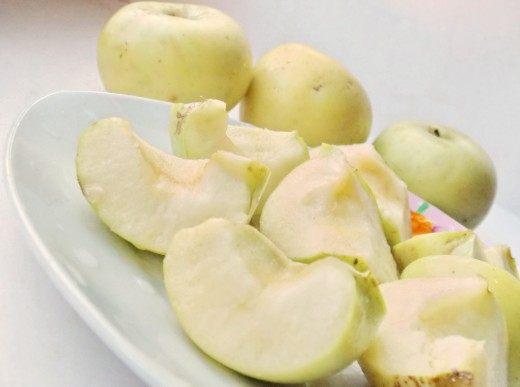 Удалить из яблок сердцевины и порезать на четвертинки