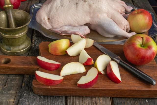 Удаляем из яблок сердцевины и нарезаем