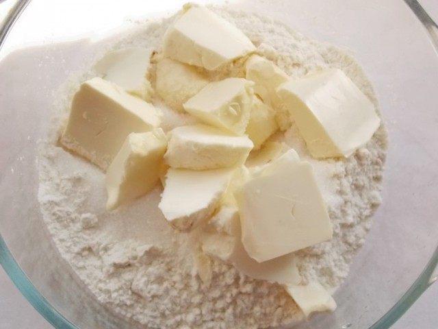 Просеем муку, добавим сахар и размягчённое масло