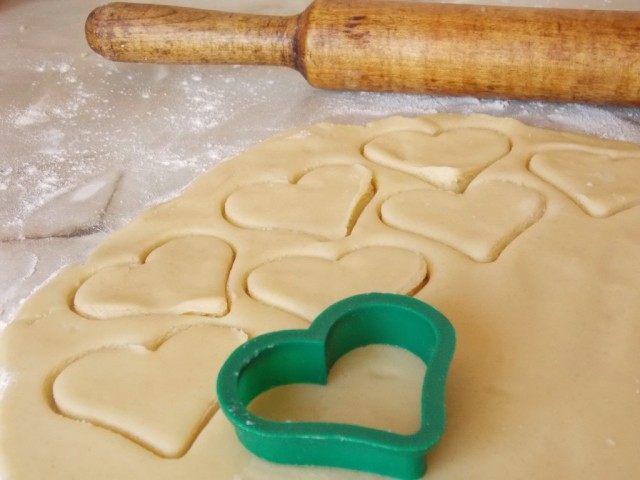 Отдохнувшее тесто раскатаем и вырежем формочкой печенье