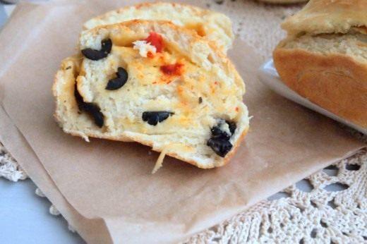 Пирог-рулет с маслинами, вялеными перцами и сыром