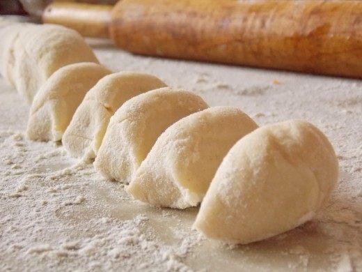 Скатаем тесто в колбаску и нарежем