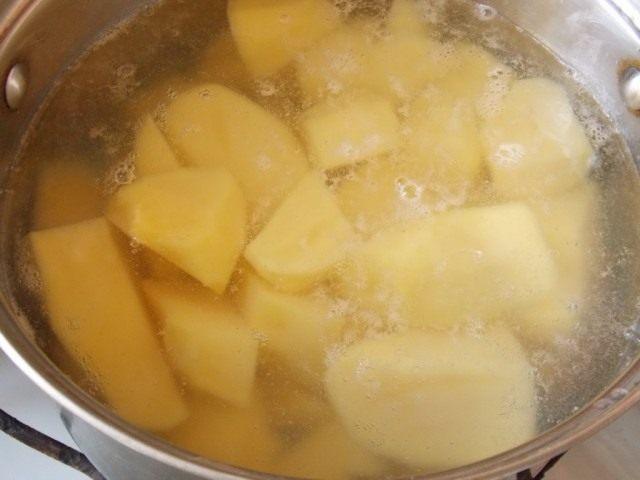 Поставьте варится картофель