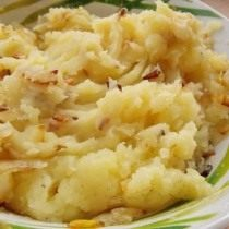 Перемешайте лук и картофель