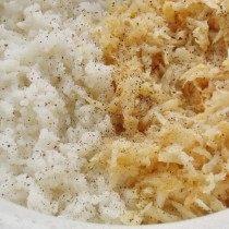 Смешаем отваренный рис и пассерованный сельдерей