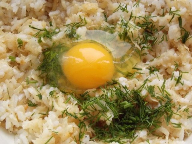 Добавляем яйцо и измельчённую зелень, хорошо вымешиваем
