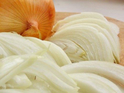 Нарежьте лук перьями