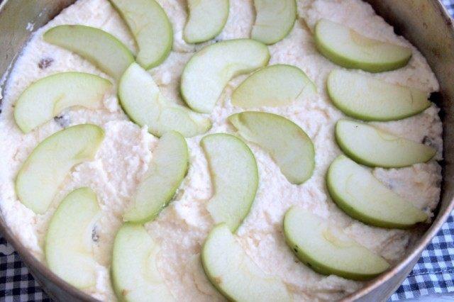 Выложите сверху яблоки и поставьте запекаться