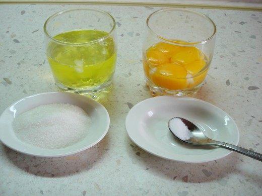 Отделим желтки от белков