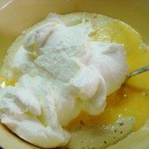 Соединяем желток и взбитый белок