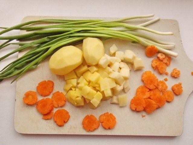 Почистим и нарежем картофель и морковь