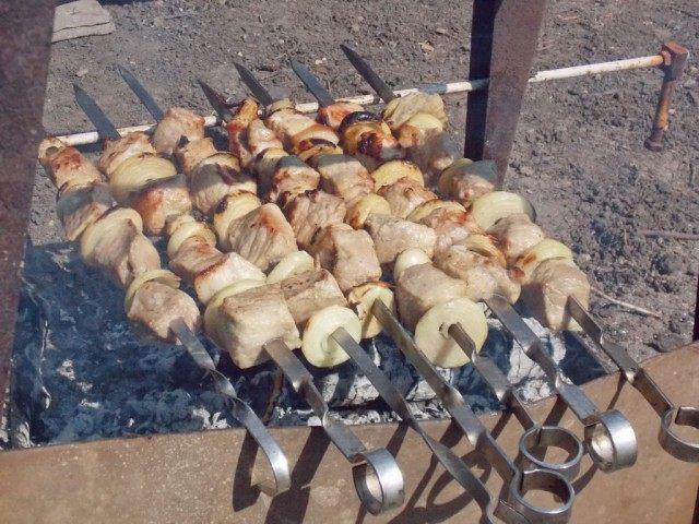 Не забывайте переворачивать шампуры, для равномерного приготовления шашлыка