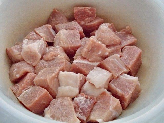 Нарежьте мясо ровными кусками