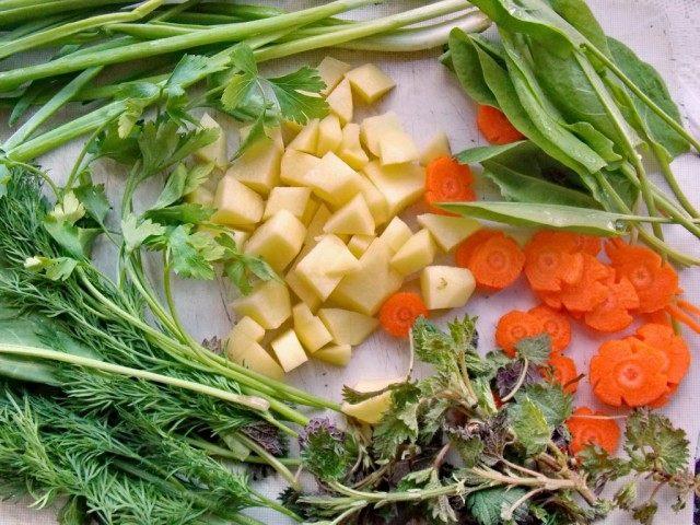 Нарежьте морковь, картофель и подготовьте зелень