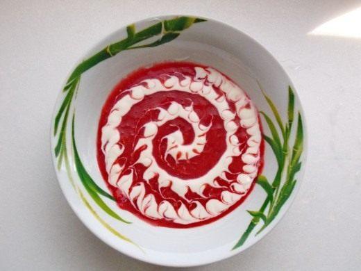 Украсим клубничный суп — десерт сметаной