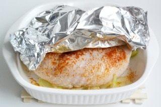 Накрываем колбаску фольгой и ставим в духовку на 30 минут