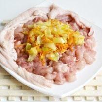 Нарезаем мясо и смешиваем с пассерованными овощами