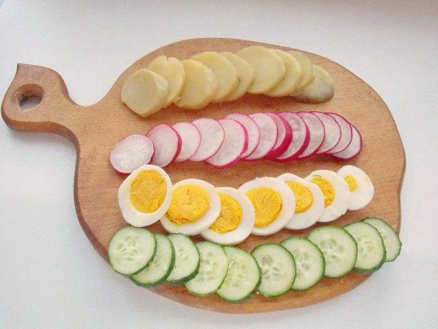 Нарежем овощи и яйцо