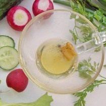 Смешиваем оливковое масло, горчицу и специи