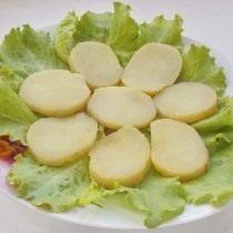 На листья салата выкладываем картофель