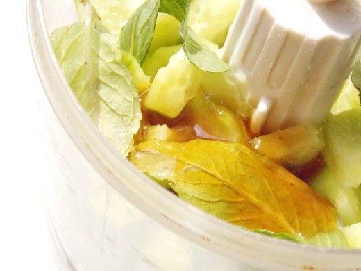 Выложим в блендер мяту, огурцы, мёд, и лимонный сок