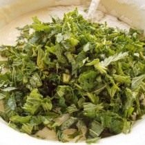 Добавляем крапиву в тесто для оладий