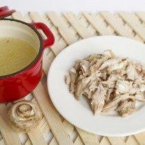 Отвариваем цыплёнка и измельчаем мясо