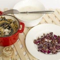 Обжариваем лук и выкладываем на грибы, перемешиваем и заправляем соусом