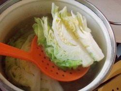 Отваренную капусту вынимаем из кастрюли