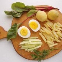 Нарезаем огурцы и картофель