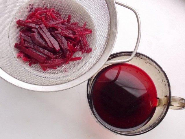 Сольём в отдельную посуду настоявшийся сок свеклы