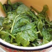 Ошпарим шпинат в кипятке