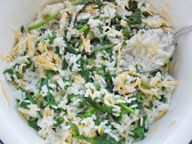 Смешиваем рис, сыр и шпинат для начинки