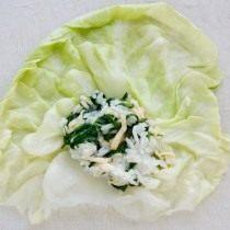 Выкладываем начинку на капустный лист