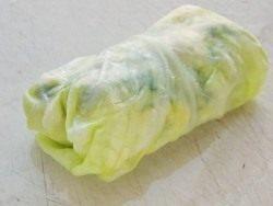Сворачиваем капустный лист конвертиком