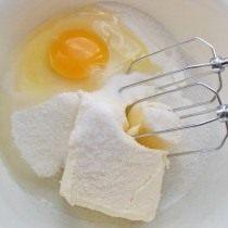 В посуду выкладываем масло, яйцо и сахар