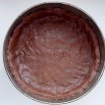 Выкладываем в форму раскатанное шоколадное тесто