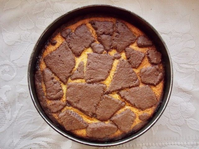 Ставим пирог на 1 час в разогретую до 160-170 °С духовку