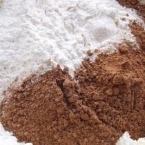 Добавляем муку, разрыхлитель, какао-порошок, и замешиваем тесто