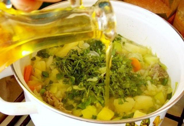 Добавим зелень, растительное масло, соль