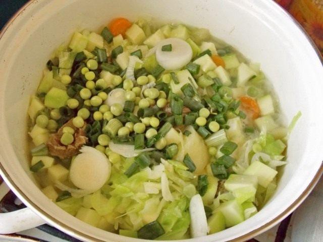 Нерезаный лук и зелёный горошек добавим в кастрюлю