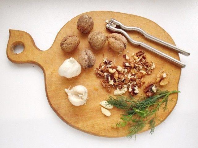 Почистим, орехи и чеснок. Вымоем зелень и огурцы