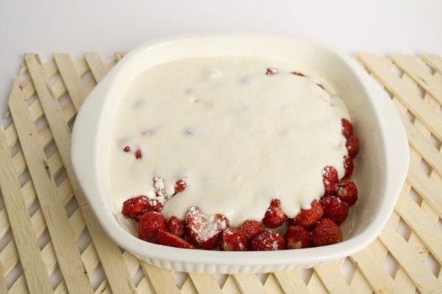 Выливаем готовое тесто на ягоды
