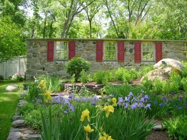 Забор из камня с декоративными окнами