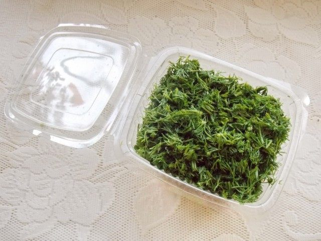 Нарубленную зелень уложите в контейнер