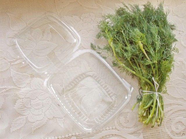 Можно заморозить зелень в контейнере